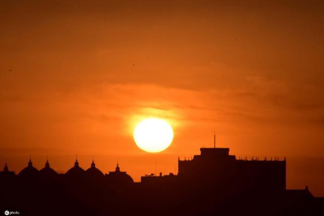 北京遭遇大降温 紫禁之巅拍悬日美景
