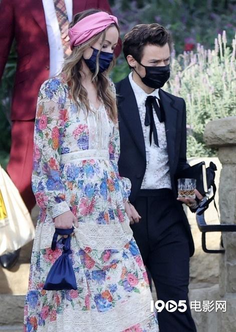 哈卷和奥利维亚牵手出席婚礼一路狂发糖