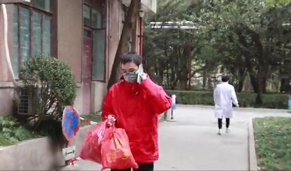 救火英雄王海滨来送喜糖了!(视频)