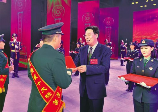 """西藏军区举行第二届""""固边稳藏十大标兵""""颁奖仪式"""