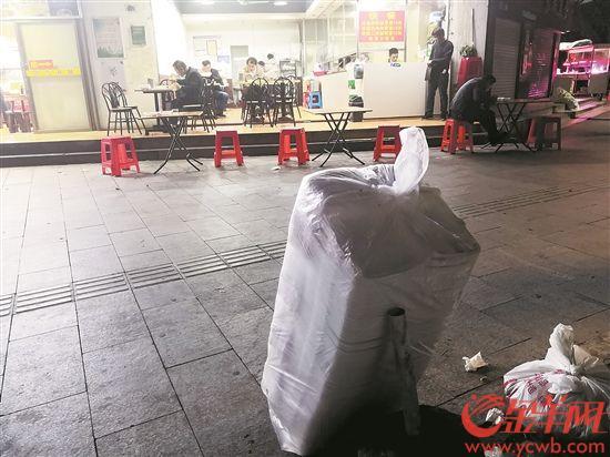 广州天河区科韵路某快餐店门外堆起使用后的一次性发泡塑料餐盒