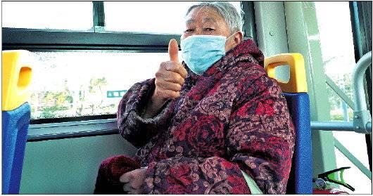◥平邑县一位老人乘坐免费公交出行。