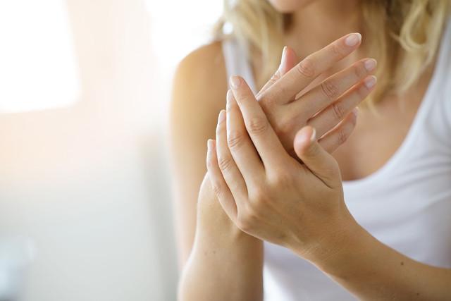 涂抹身体乳、选对衣物、使用护发素……女性冬季防静电,要注意这几点