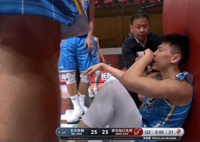 刘晓宇鼻子遭杨金蒙肘部击打出血 裁判回看后吹刘晓宇防守犯规
