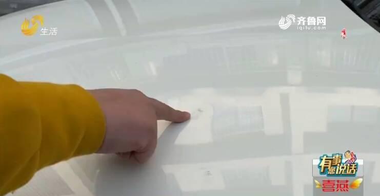 """潍坊一小区天降铁盖 奔驰车当场被砸""""破相"""""""