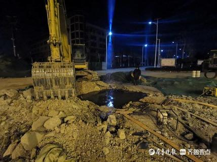 泰安创业大街一处输水管破裂 附近居民反映用水受影响