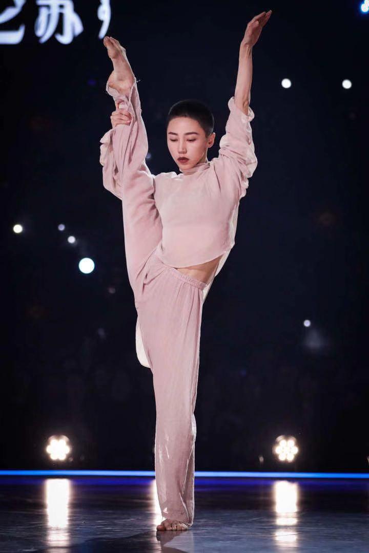 """《舞蹈风暴2》冠军之战今晚打响!""""大魔王""""谢欣直言,何炅是最尊敬的人"""