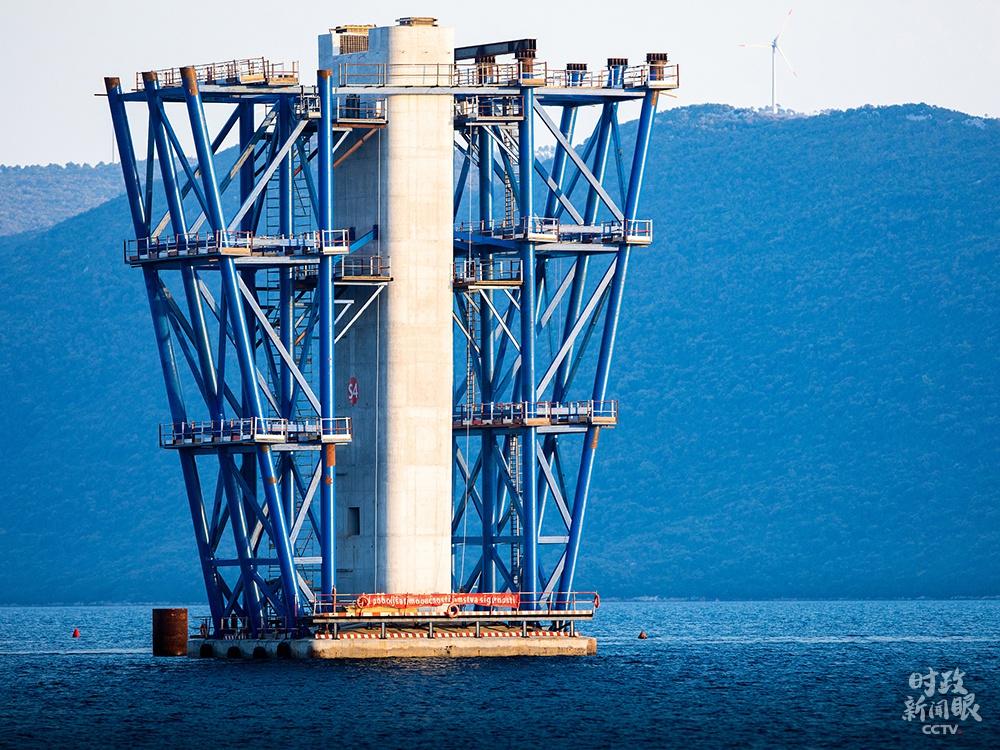 △佩列沙茨大桥项目是中国与克罗地亚建交以来,中资企业实行范围最大的交通底子办法建立项目。上个月中旬,大桥首个主墩索塔顺遂封顶。