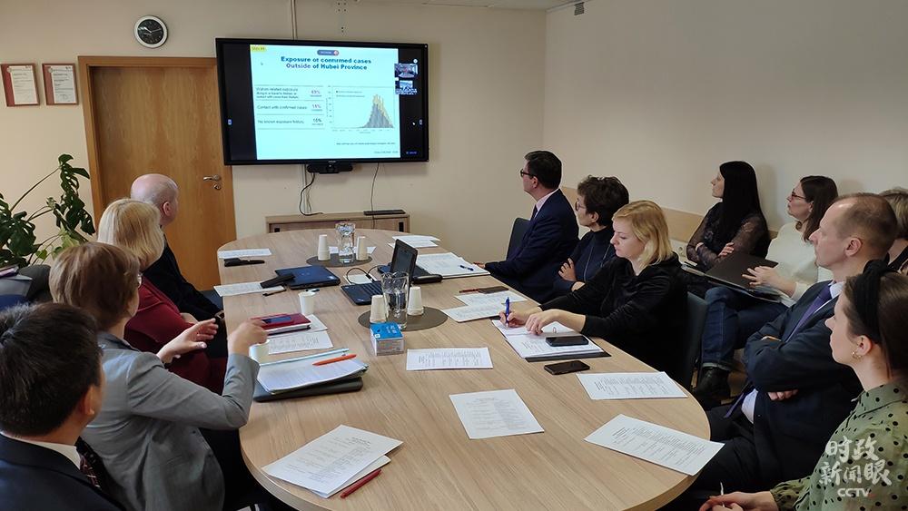 △2020年3月13日,中国同中东欧17国就新冠肺炎疫情举办卫生专家视频集会,分享抗疫信息和防控履历。这是立陶宛卫生部、各大医院和研究机构的官员、专家在立陶宛卫生部加入视频集会。(资料图)