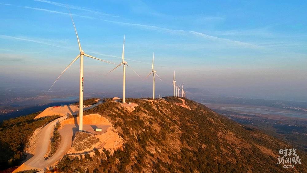 △黑山共和国莫祖拉山山脊上,中国制造的2.0兆瓦低风速智能风机迎风滚动。莫祖拉风电站于2019年4月试运营,保障了本地的稳固供电。(资料图)
