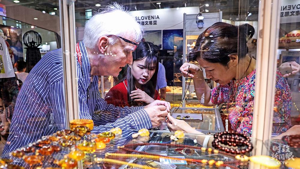 """△浙江宁波是我国首个""""17+1""""经贸合作树模区。2019年6月8日,首届中国-中东欧国家展览会在宁波开幕,这是消耗者在展厅观赏琥珀蜜蜡。"""