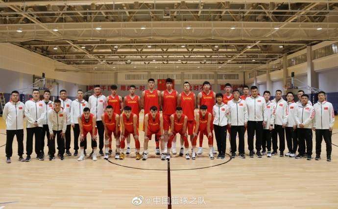 男篮集训队大合影:此前受伤的郭艾伦、贺希宁在列 目前仅14人