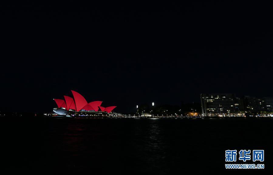 悉尼歌剧院除夕夜亮红迎接中国农历新年