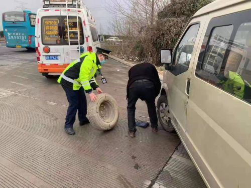 盐锡支队执法人员帮司乘人员换轮胎