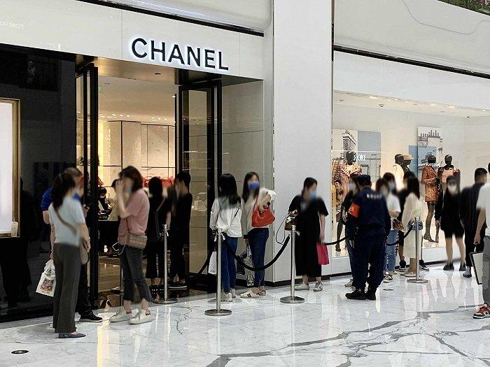就地过年引爆购物热 多地奢侈品门店春节期间排大队