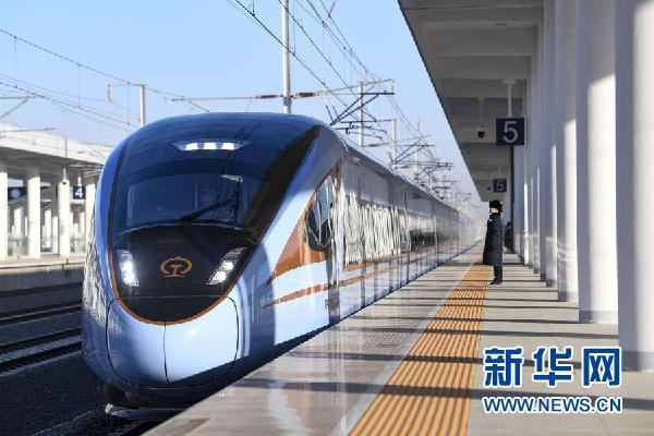 由银川开往西安北的列车驶过吴忠站