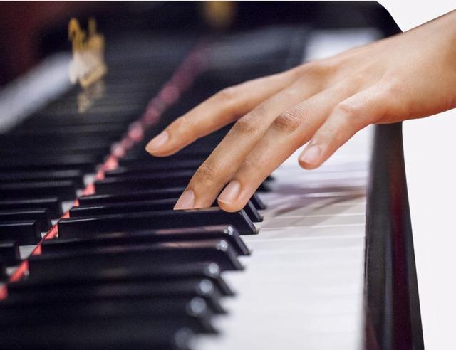 鸡娃妈妈看到外卖员弹钢琴后,决定不再逼孩子学乐器