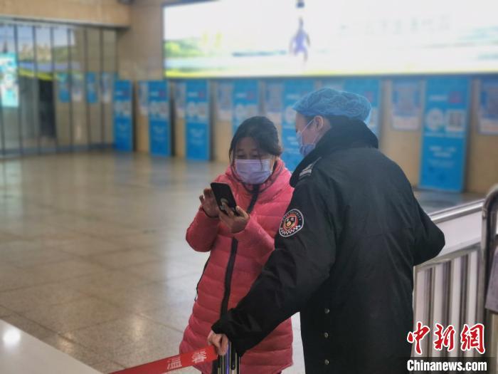 太原站出站口,工作人员正在查验旅客行程码、健康码。 高瑞峰 摄