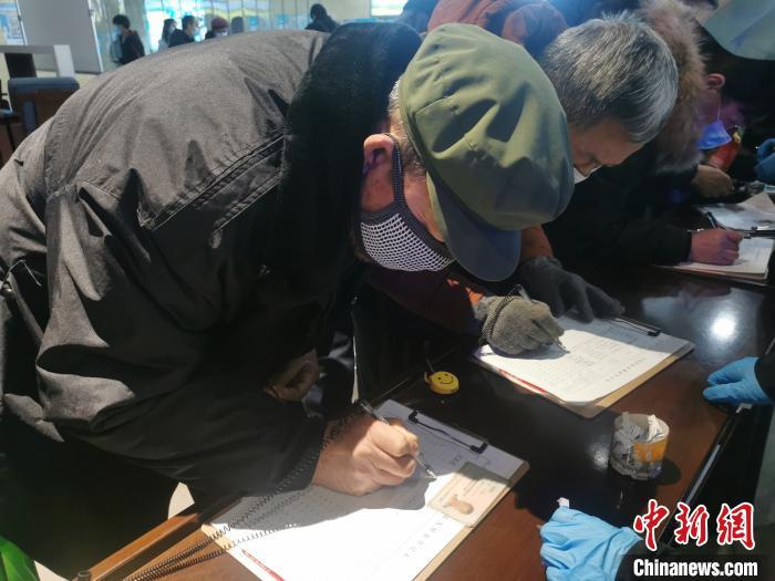 旅客正在登记信息。 高瑞峰 摄