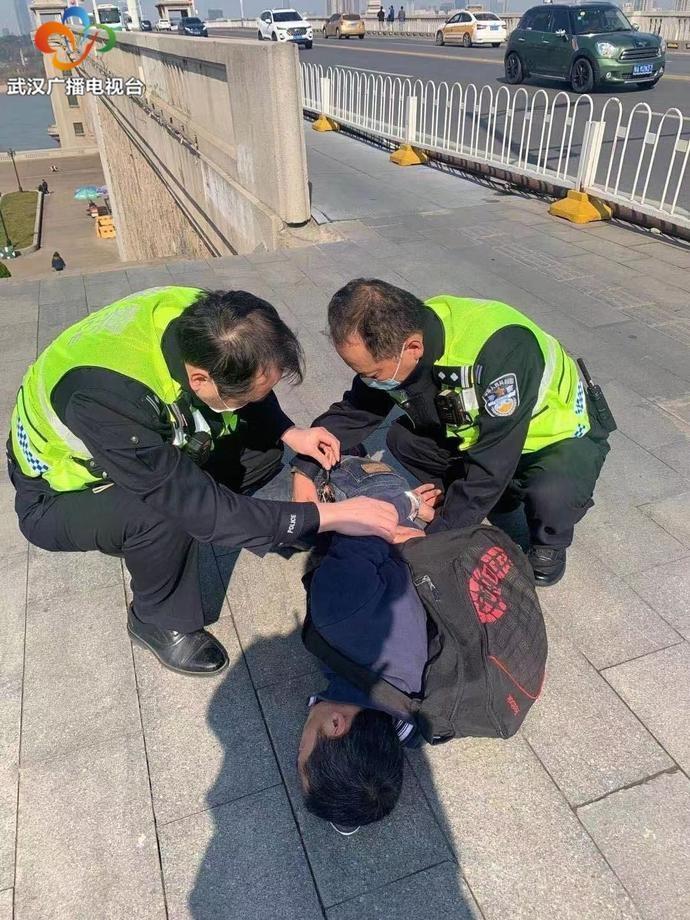 突发:武汉长江大桥大队交警快速处置一起持刀恐吓他人的突发警情