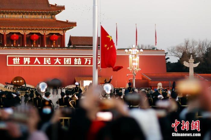 """【中国共产党的""""十万个为什么""""】为什么网上会传天安门广场国旗只升至28.3米?"""