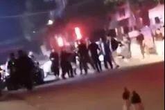 男子被多人围殴,之后被来救他的同伴开车碾死!图片