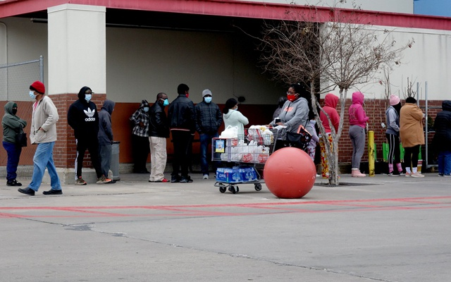 得克萨斯冰风暴:能源生命线失守 居民抢购饮水学烧开水