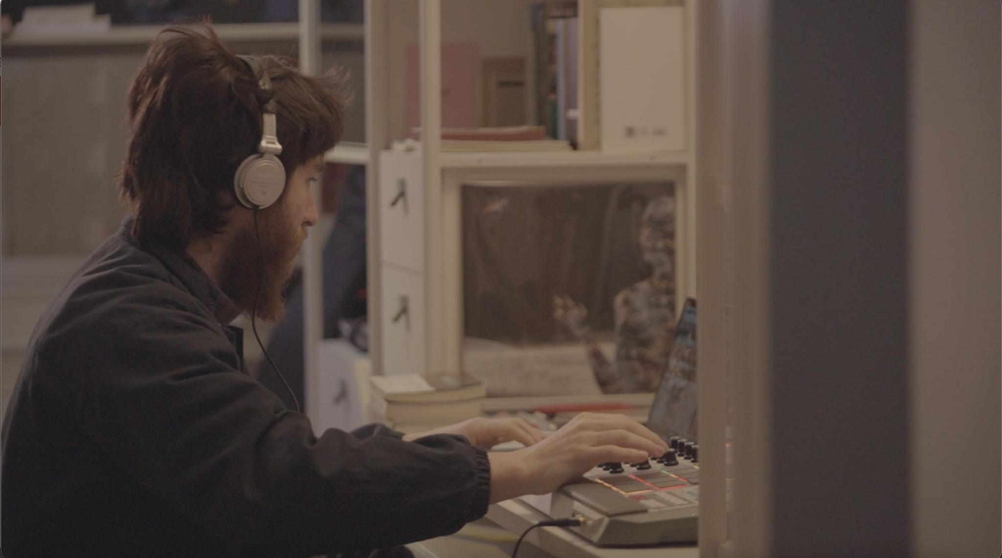 小易在家里做音乐。
