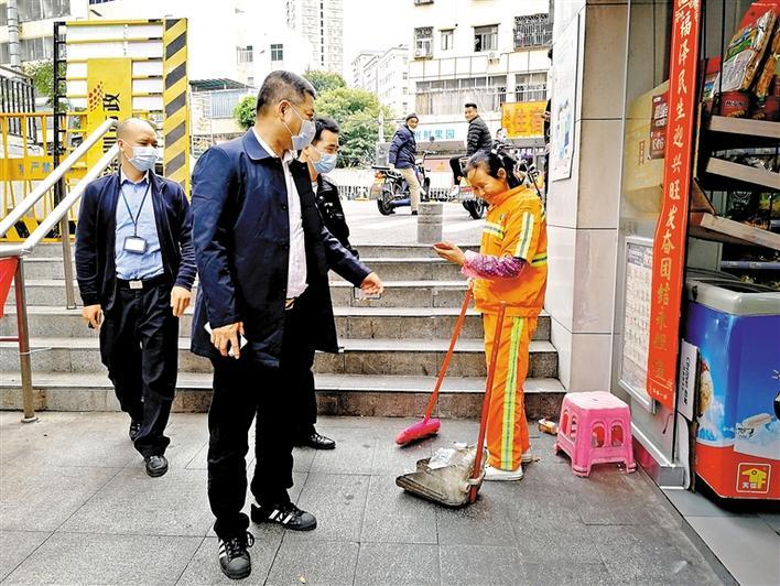 龙华街道富康社区党委书记、工作站站长郑振华用脚步丈量社区