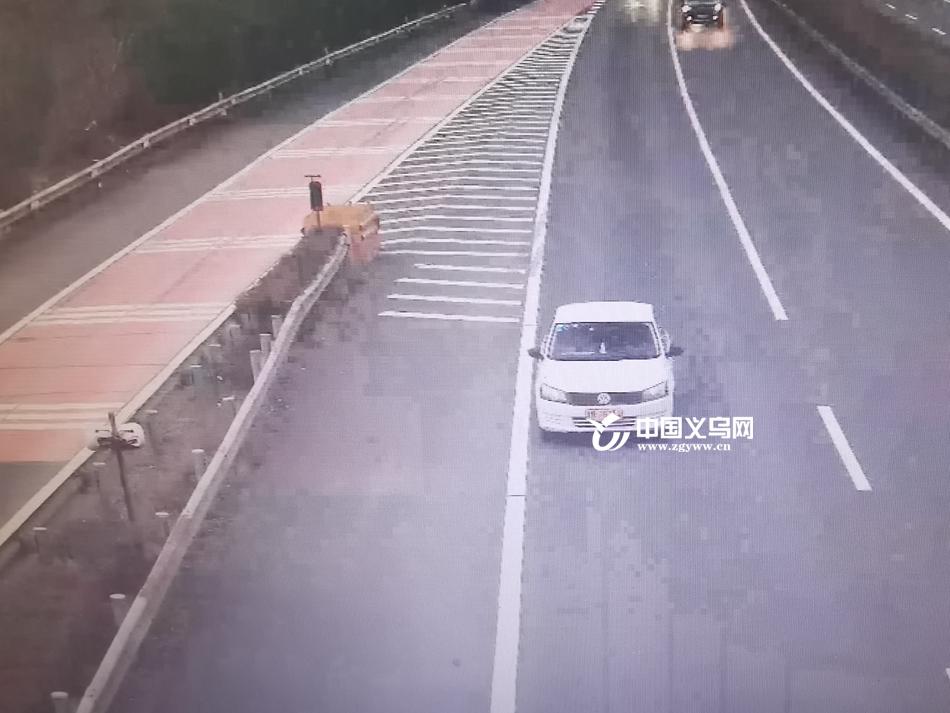 """男子驾驶教练车来义乌自驾游 错入匝道竟在高速上演""""倒车"""""""