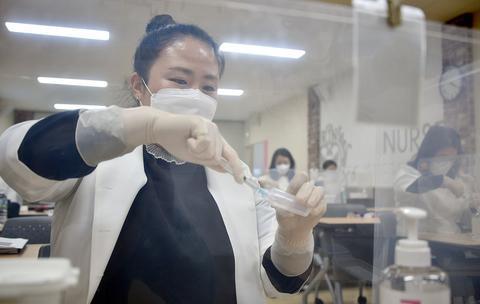 韩国本周五开打新冠疫苗 近30万人同意接种