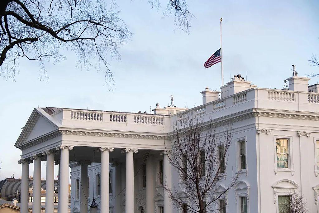美国白宫降半旗哀悼50万新冠死难者(图源:人民视觉)