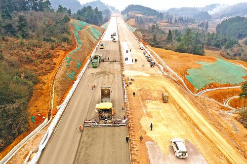 贵黄高速公路进入路面摊铺施工阶段