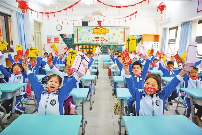 """学校使出""""牛劲儿""""迎开学 学生欢快""""�摹备靶抡鞒�"""