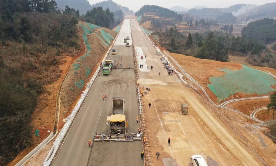 这条新高速已进入路面摊铺阶段
