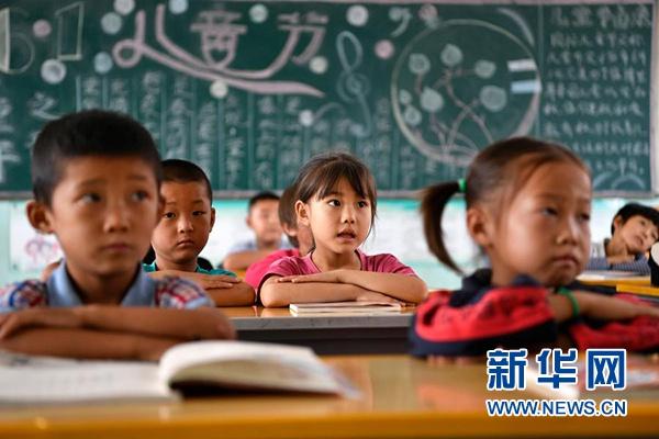 在宁夏银川市永宁县闽宁镇原隆村原隆小学,一年级的孩子们在上课(2019年9月3日摄)。新华社记者 王鹏 摄