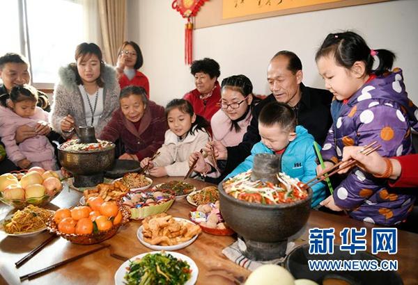 大年三十,在宁夏银川市永宁县闽宁镇福宁村,谢兴昌(右二)和家人一起吃团圆饭(2020年1月24日摄)。新华社记者 王鹏 摄