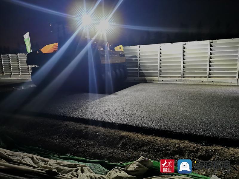 临沂陶然路快速路建设工程二标段首段路面沥青摊铺顺利完成