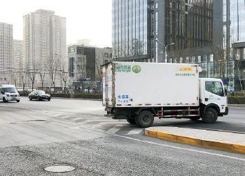 北京广渠门外大街西段严查车辆逆行 排除交通隐患