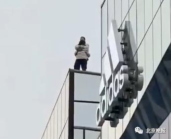 一男一女在三里屯相拥跳楼?北京朝阳警方通报