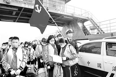 佛山海事工作人员在佛山西江海寿渡口,护送海寿小学的学子们整齐地登上渡轮