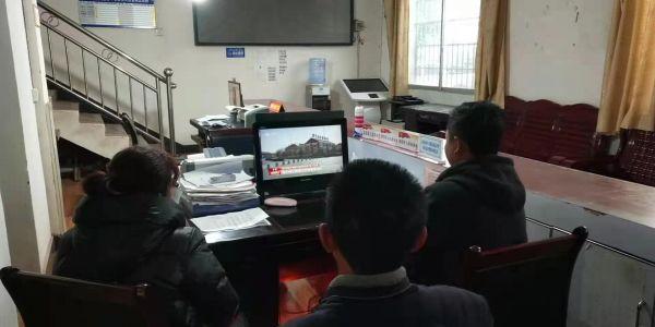 怀化市委驻团枣村工作队组织村两委干部和党员在村委会收看全国脱贫攻坚总结表彰大会