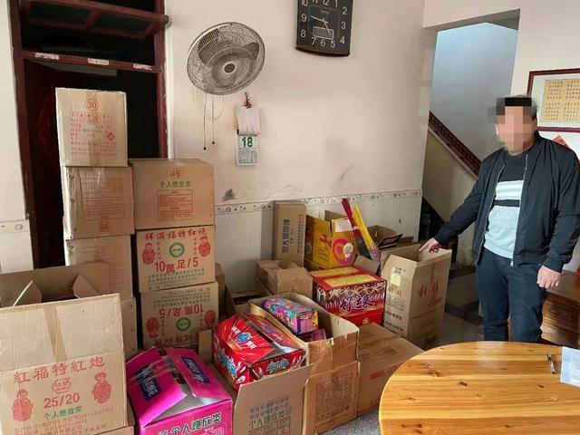 「春季攻势」治安大队联合都杨派出所快速查处一起非法储存、销售烟花爆竹案件