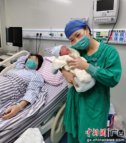 """高龄产妇胎位异常 医生助胎儿""""华丽转身"""""""