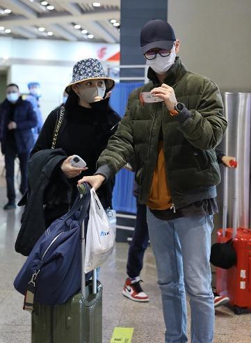 张靓颖与小男友现身机场,陈秋莳贴心拿行李,张靓颖当甩手掌柜