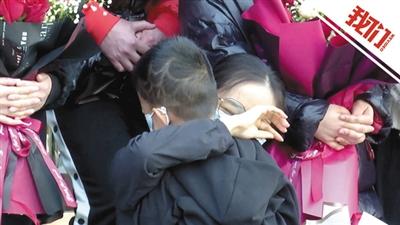 辛集60名支援藁城医护人员结束隔离 男孩抱着妈妈哭成泪人