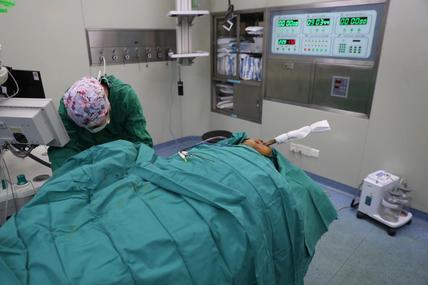 男子摔伤后一根木棍从眼眶下插入面部贯穿咽喉,医生妙手转危为安