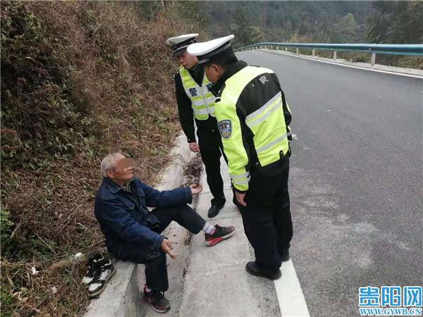 贵州长顺:一老人从养老院偷跑回家过节 交警一路暖心护送