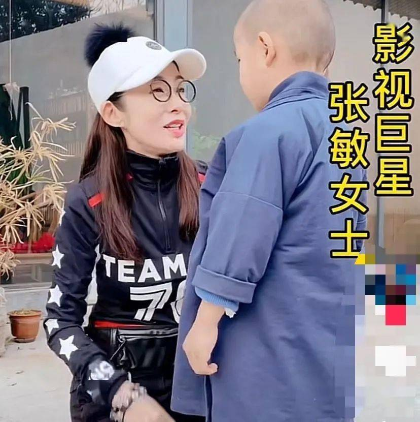 张敏蹲地跟小和尚说话,53岁瘦的面目狰狞,越看越像杨丽萍了!