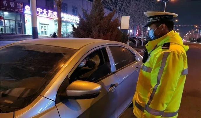 """轮台县公安局交警大队积极开展""""1+3""""夜查统一行动"""
